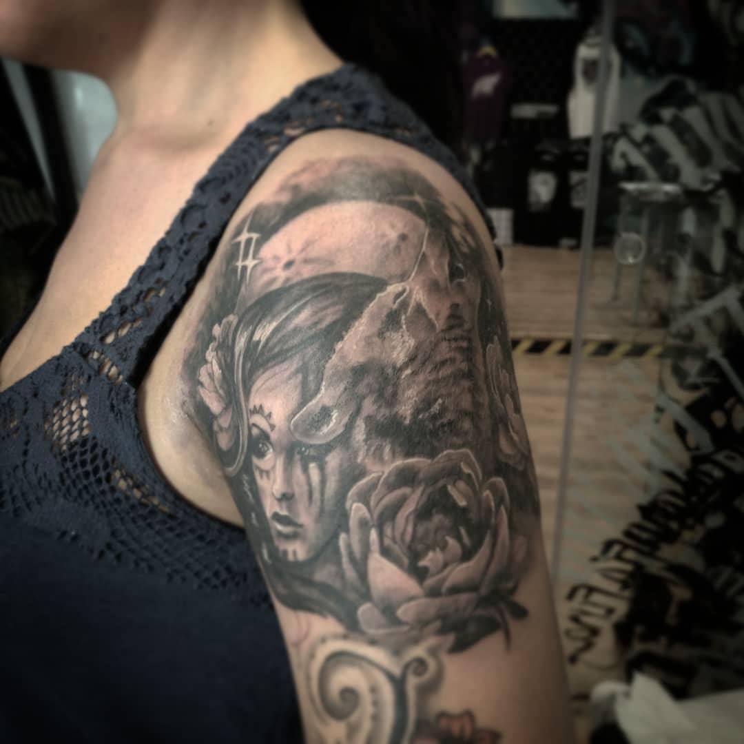 Tatuajes flores tattoo palencia chica blanco y negro