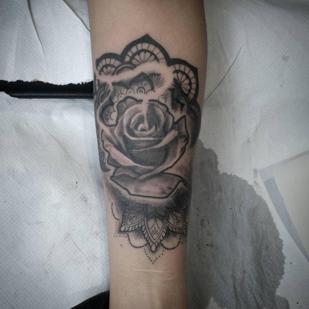 tatuajes palencia tatuaje flores realismo mandala