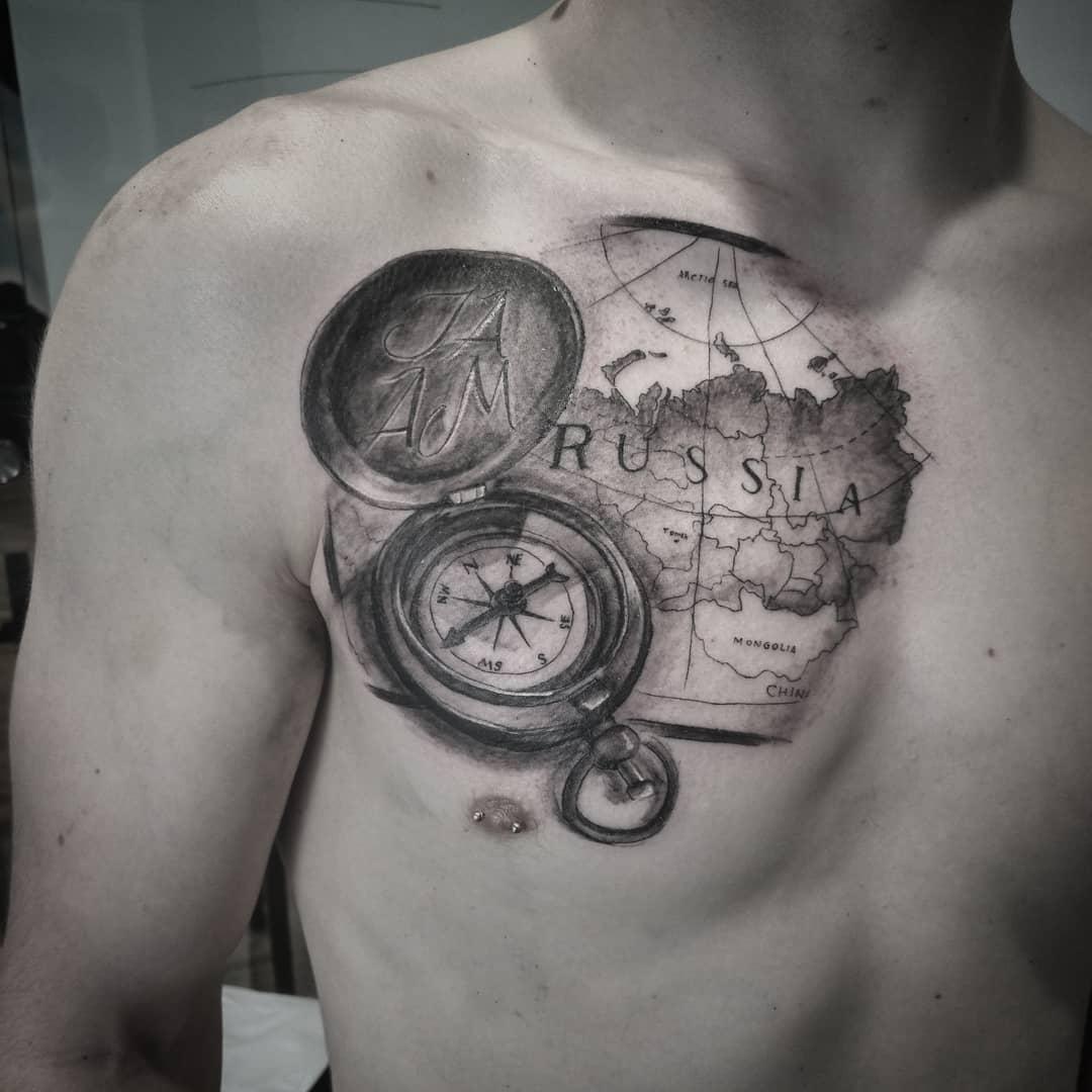 tatuaje realista mapa antiguo reloj brújula